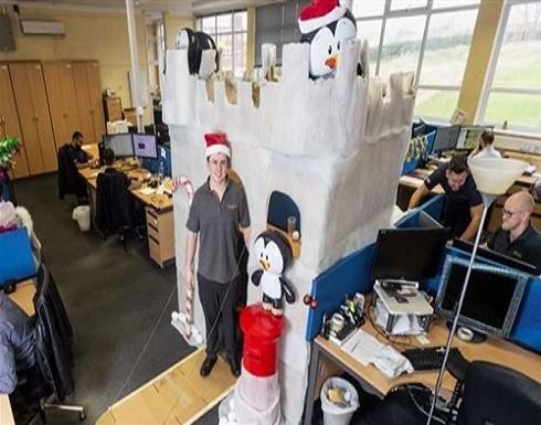 مهندس يحول مكتبه إلى قلعة للاحتفال بالكريسماس