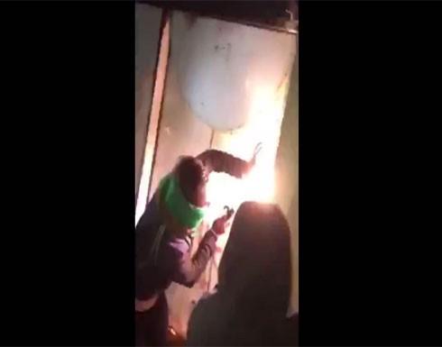 بالفيديو : محتجون عراقيون يغلقون الدوائر الحكومية في النجف باللّحام