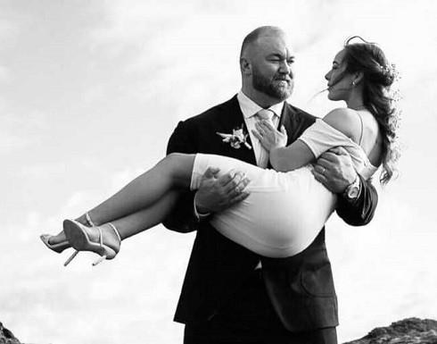 """بالصورة : """"أقوى رجل"""" في العالم يتزوج.. ونصف متر يثير جدلا"""