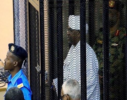 الرئيس السوداني المعزول يصل إلى قاعة المحكمة