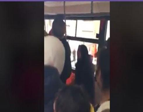 مشاجرة عنيفة بين النساء داخل حافلة (فيديو)
