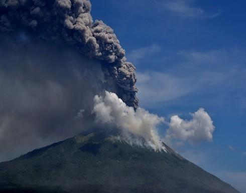 """بالفيديو.. بركان إندونيسي """"يستيقظ من النوم"""" فجأة ويجبر المئات على الإجلاء"""