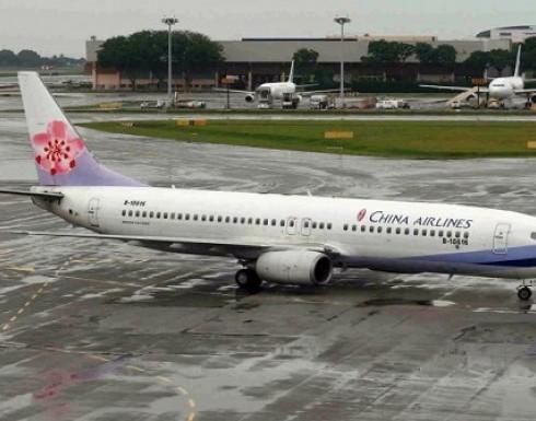 صيني يحاول فتح باب طائرة أثناء إقلاعها ويحطم نافذة (فيديو)