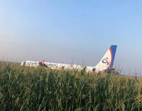 الطيور تضرب طائرة في الجو وتحترق محركاتها.. شاهد تصرف الطيار لإنقاذ الركاب