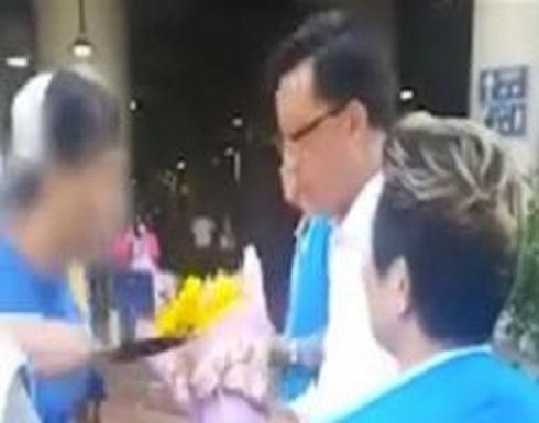 باقة زهور.. حيلة شاب لطعن نائب في الصين (فيديو)