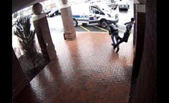 رد فعل غير متوقع من مسن لحظة مطاردة الشرطة رجل مسلح (فيديو)
