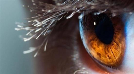 لماذا نشاهد نقاطاً ملونة عند فرك أعيننا؟