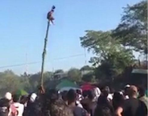 لحظة سقوط رجل من أعلى عمود خشبي بارتفاع شاهق (فيديو وصور)