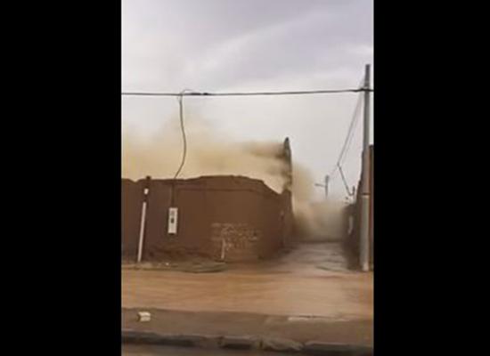 بالفيديو.. السعودية: لحظة انهيار منزل في بسبب الأمطار الغزيرة