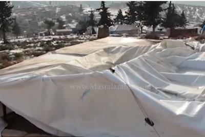 بالفيديو: مصرع طفلين جراء انهيار خيم للنازحين في إدلب السورية