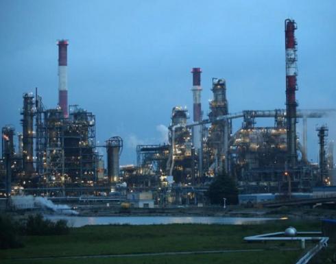 النفط يحوم قرب 80 دولارا للبرميل مع تنامي القلق بشأن المعروض