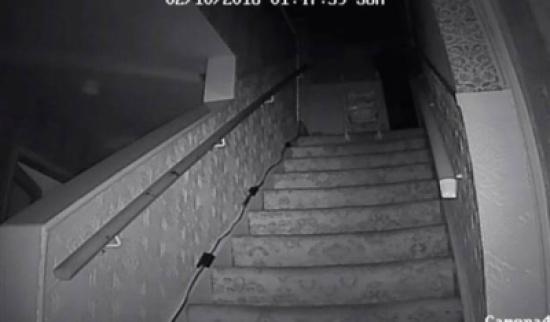 بالفيديو: شبح يرمي عربة أطفال من فوق درج في منزل مسكون