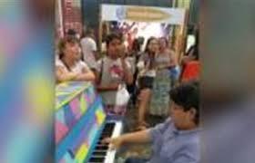 بالفيديو: طفل يدهش المارة بعزفه على البيانو في أستراليا