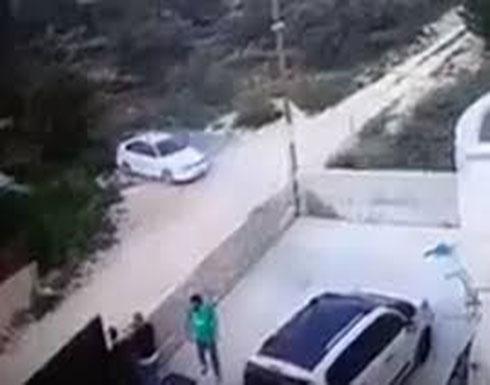 شاهد : مستوطنون إسرائيليون يعتدون على عائلة فلسطينية