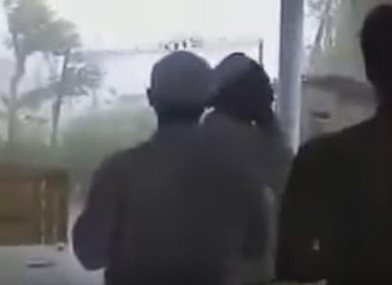 بالفيديو.. اندونيسيا: يرفعون الاذان حتى وقت العواصف