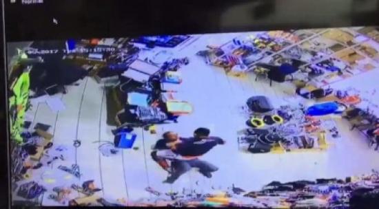 بالفيديو: كويتي يعتدي على مصري.. والسبب: العمال في وقت غداء الآن