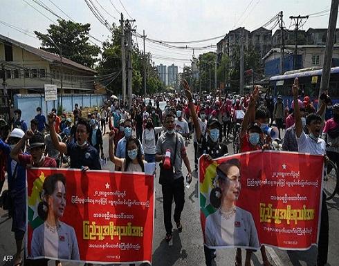 مع تظاهر الآلاف.. جنرالات ميانمار يحجبون الإنترنت