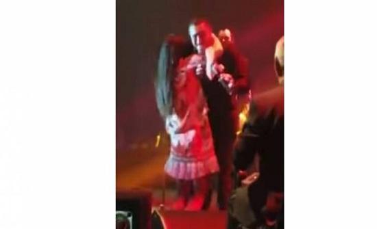 فيديو فتاة تقتحم المسرح وترتمي في أحضان كاظم الساهر وتقبّله!