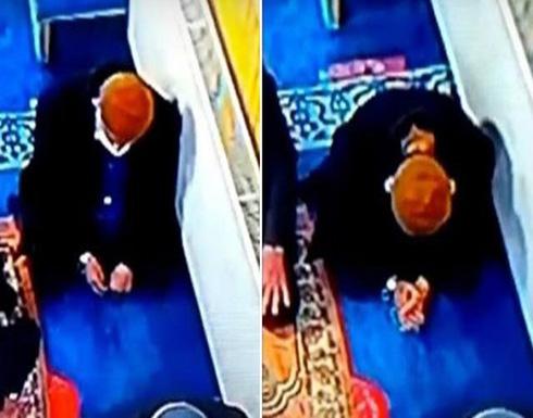"""شاهد: لحظة وفاة صديق الزعيم التركي """"نجم الدين أربكان"""" أثناء صلاته في المسجد"""