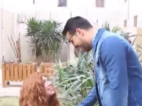 """في عيد الحب... """"تمرّدت على العادات والتقاليد"""" وطلبت يد صديقها (فيديو)"""