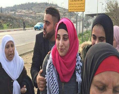 مستوطن إسرائيلي يتهجم على أسيرة فلسطينية فور الإفراج عنها
