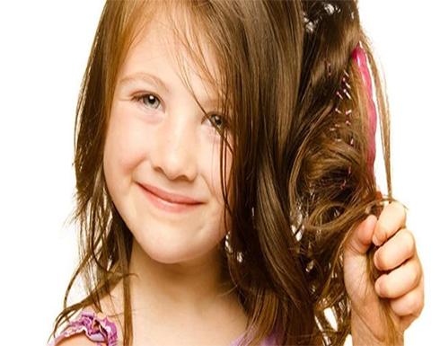 بفص ثوم.. عالجى شعر طفلك من التساقط والقشرة