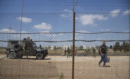 الاحتلال يحاصر جنين ويعتقل أفراد من عائلات الأسرى الستة