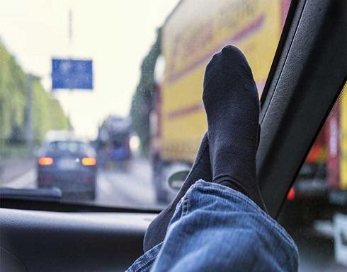 وضع القدم فوق طبلون السيارة يعرض حياتك للخطر