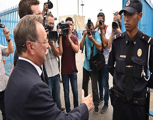 فيديو :  شرطي مغربي يرفض مصافحة مسؤول اسباني