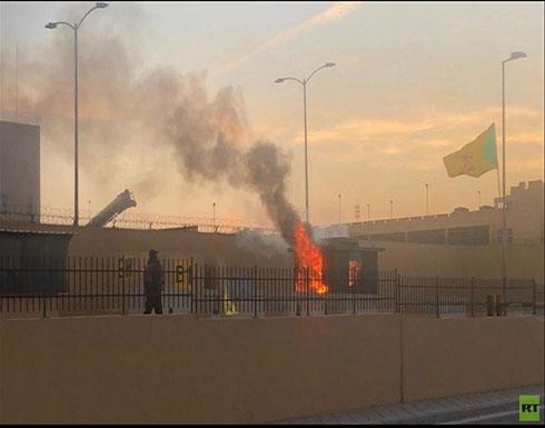 شاهد : محتجون يحرقون البوابة الثانية للسفارة الأمريكية في بغداد