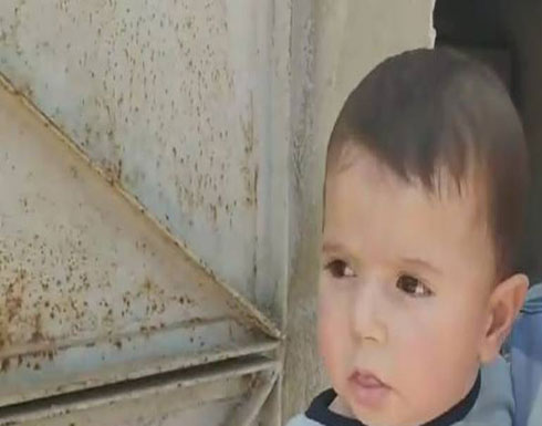 بسبب الفقر والجوع.. نازح سوري يعرض طفله للبيع .. بالفيديو