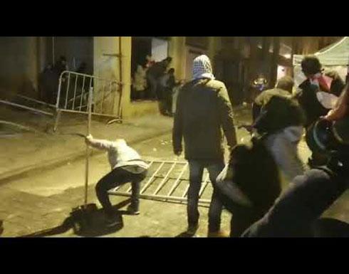 شاهد : متظاهرون يتقدمون ويرشقون القوى الأمنية بالحجارة وسط بيروت