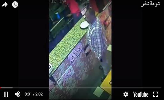 لحظة سرقة لص ماكر لمطعم (فيديو)