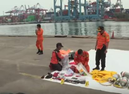 شاهد ..انتشال المزيد من أشلاء ضحايا الطائرة الإندونيسية المنكوبة