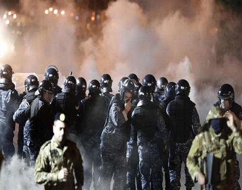 قوات مكافحة الشغب تتدخل لفض مواجهات بين المحتجين في لبنان ... بالفيديو