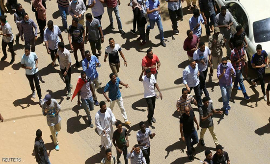 """الأمن السوداني يبدأ فض اعتصام """"وزارة الدفاع"""".. والجيش يتدخل"""