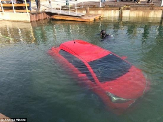 بالصور.. خطأ «GPS» يقود سيارة امرأة للغرق في بحيرة ليلا