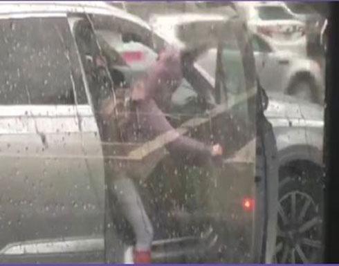 الرياح تضع فتاة في موقف محرج داخل سيارة (فيديو)