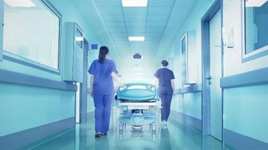 بالفيديو: نجمة أخرى في المستشفى بعد نادين نجيم.. مرض وحقن وجهاز تنفس