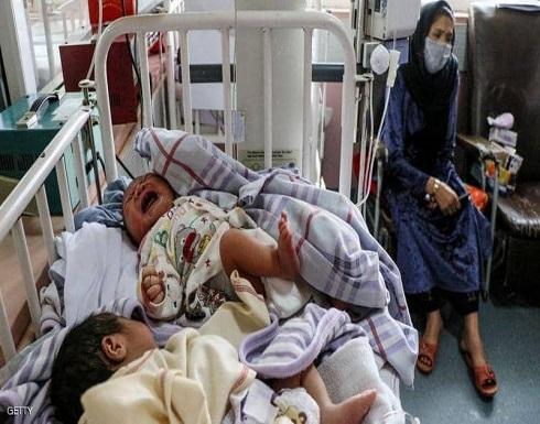 أفغانية ترضع 20 طفلا بعد مقتل أمهاتهم في تفجير مستشفى