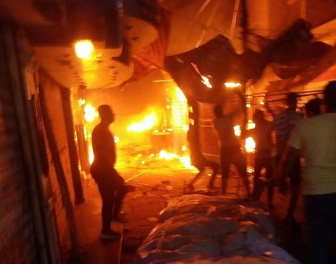 بالصور: حريق في مصر يلتهم عددا من المحال التجارية