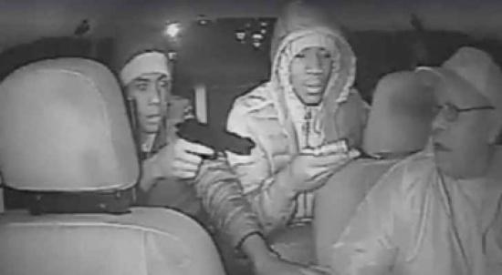 بالفيديو .. 3 دقائق من الرعب بين سائق تاكسي ورصاص لصين في أمريكا