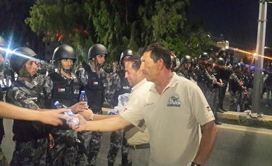 صور : توزيع المياه على الامن والمحتجين في الرابع بعمان