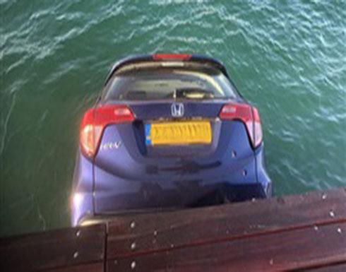 لحظة سقوط سيارة تنتظر عبارة في المياه (فيديو وصور)