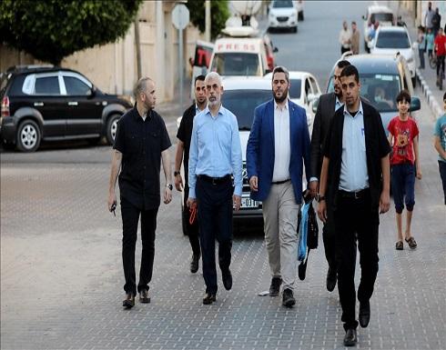 """شاهد : السنوار يتحدى إسرائيل """"مشيا"""" في شوارع غزة"""