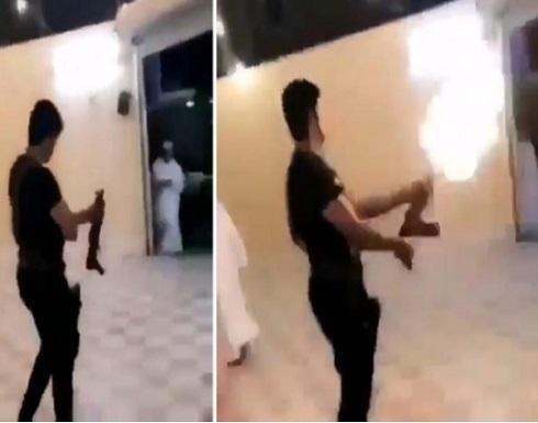 شاهد: شخص عربي يستعرض بإطلاق النار من رشاش داخل منزله
