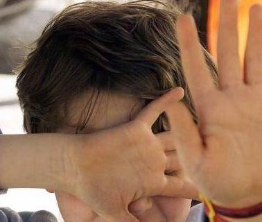 زوجة أب عديمة الرحمة تعذب طفلا حتى أفقدته بصره ومات.. تفاصيل تهز القلوب