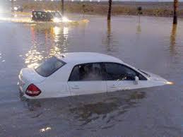 بالفيديو.. شاهد ماذا فعل معلم سعودي للوصول إلى سيارته الغارقة في المياه