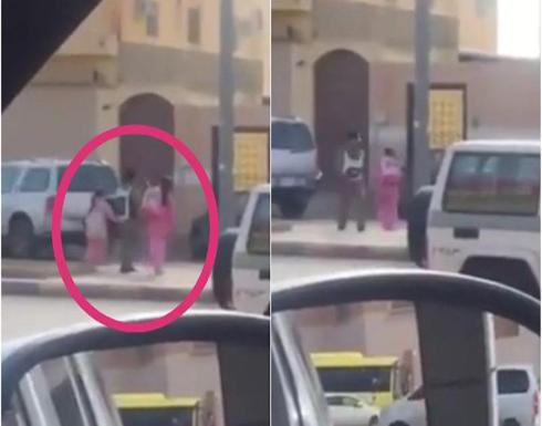 شاهد: ردة فعل رجل مرور عندما رأى طالبتين عالقتين وسط الطريق بسبب الزحام في السعودية
