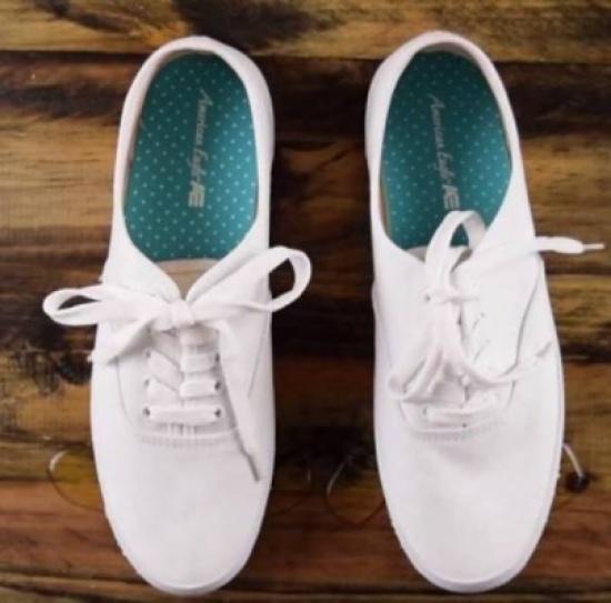 حذاء لا يتسخ ويظل جديدا يثير الدهشة